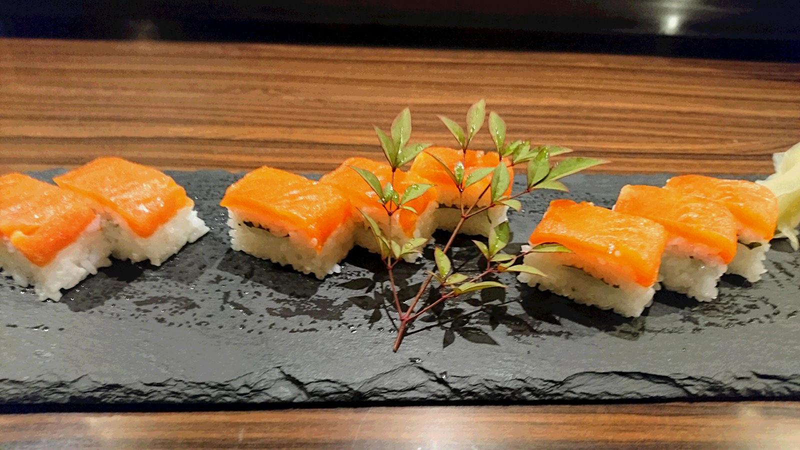 お菜ところさわらび_鮭押し寿司